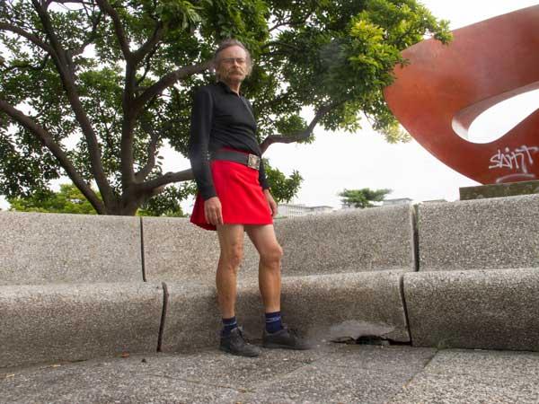 homme portant une jupe courte rouge