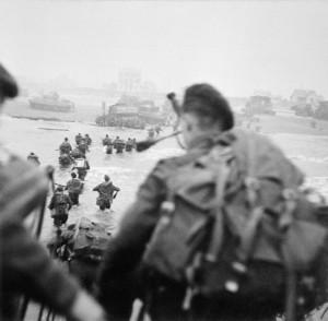Débarquement à Sword Beach. Piper Bill Millin est au premier plan, Lord Lovat, sur la droite dans la colonne, marchant dans l'eau.