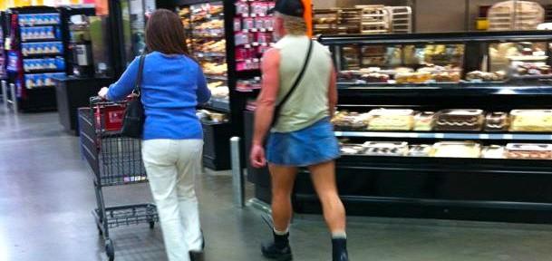 femme en pantalon, homme en minijupe